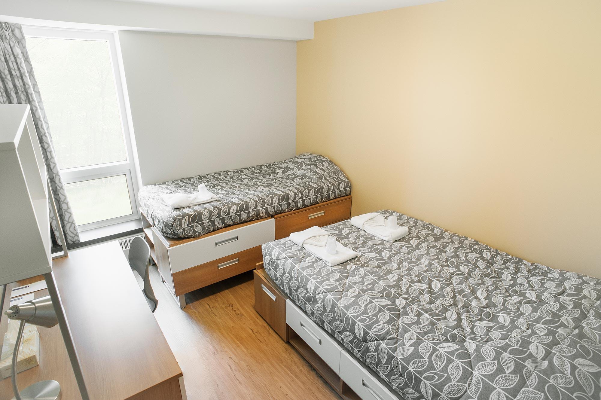 Chambre semi-privée avec un lit double et un lit simple